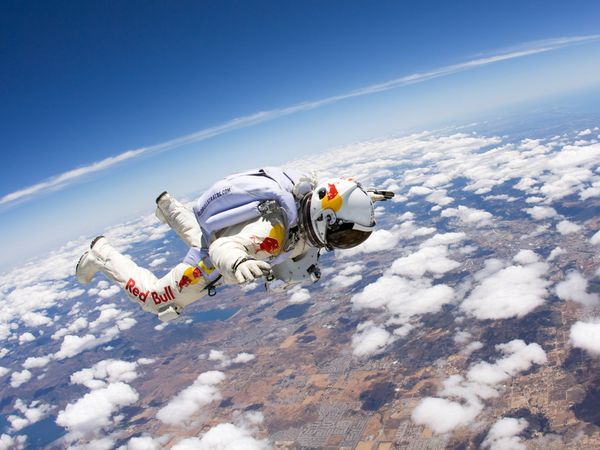 Amazing View as Felix Baumgartner Plummets to Earth in New Video